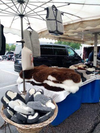 Schaffell-Stand auf dem Heider Wochenmarkt - Foto von Luise Bonness
