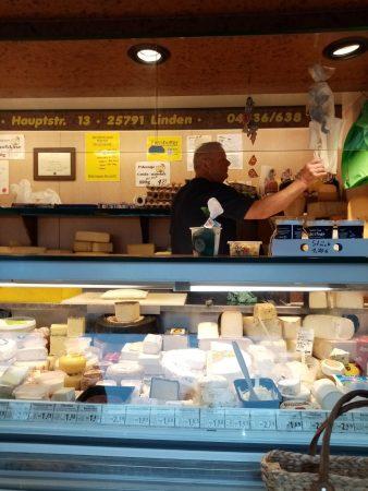 Käsewagen auf dem Heider Wochenmarkt - Foto von Luise Bonness