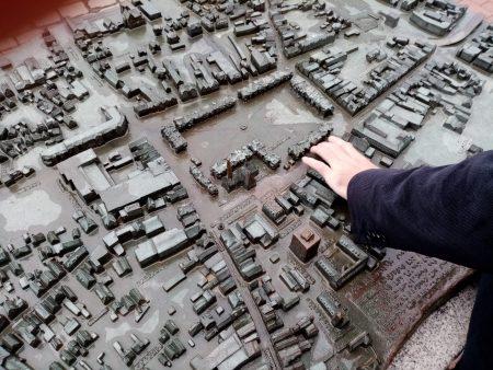 Dr. Carsten Dethlefs am Tastmodell der Stadt Heide - Foto von Luise Bonness
